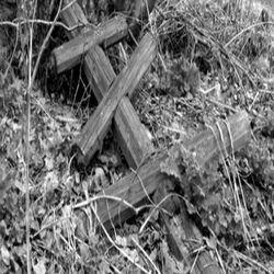 Упавший крест на могиле